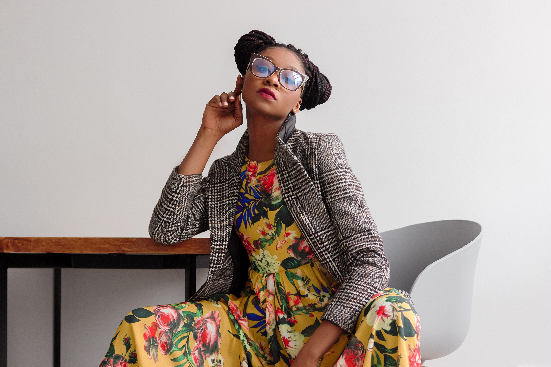 Kvinna i färgglada kläder