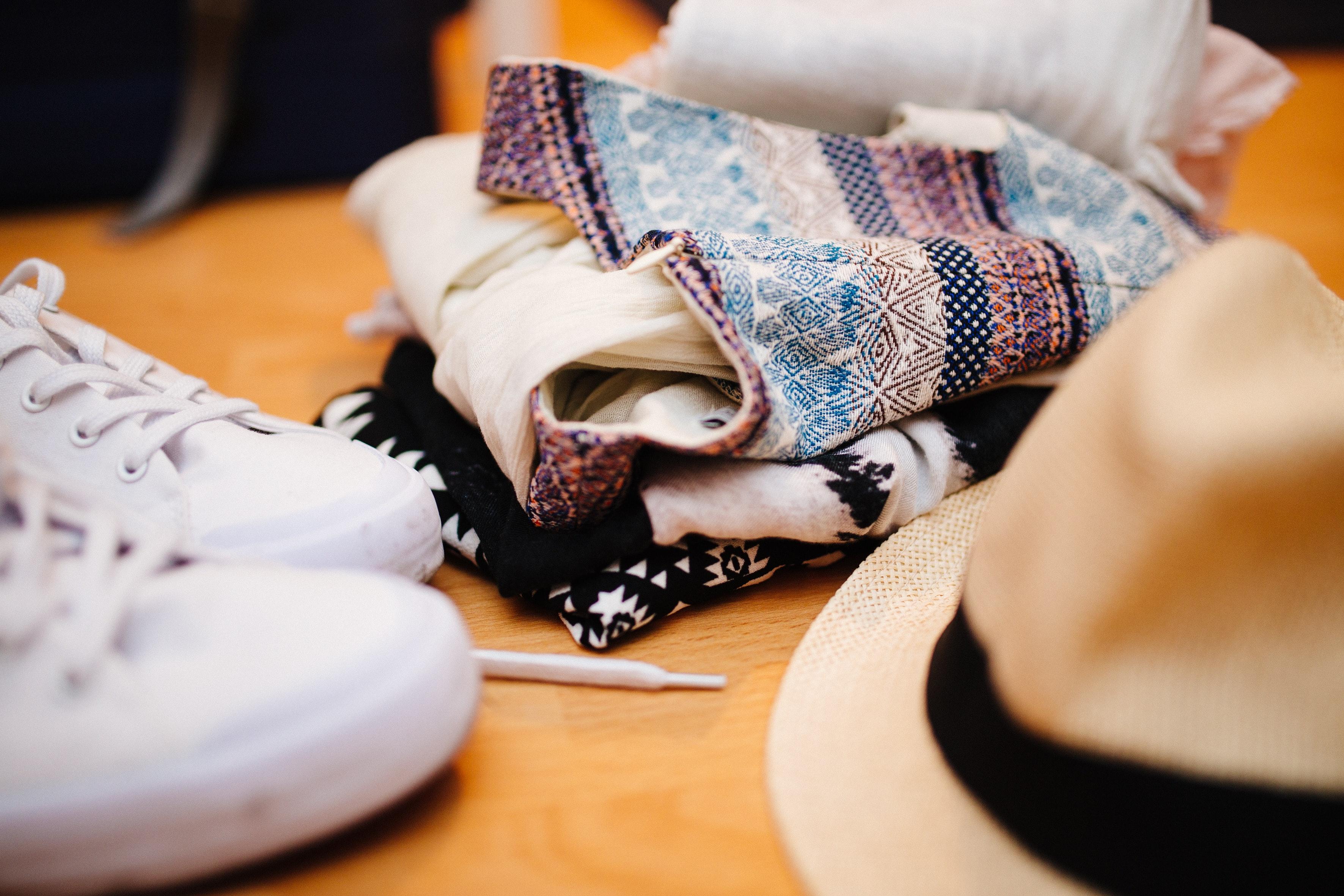 Olika kläder på ett golv